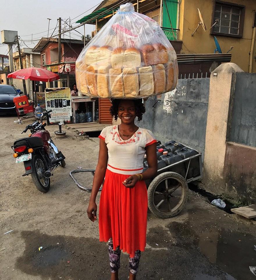 เธอโด่งดัง..เพราะขนมปังบนหัว